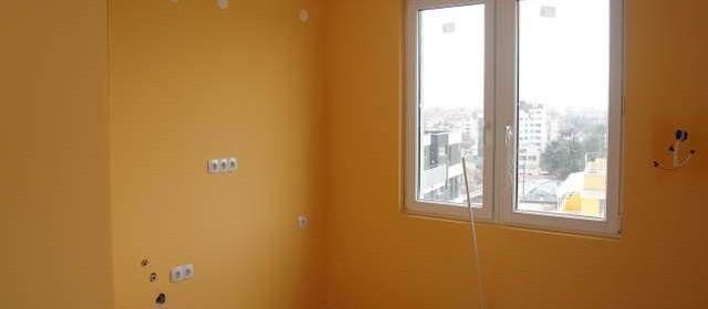 Боядисване на стени и таван с цветен латекс.