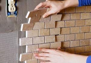 Монаж на плочки по стена в баня.