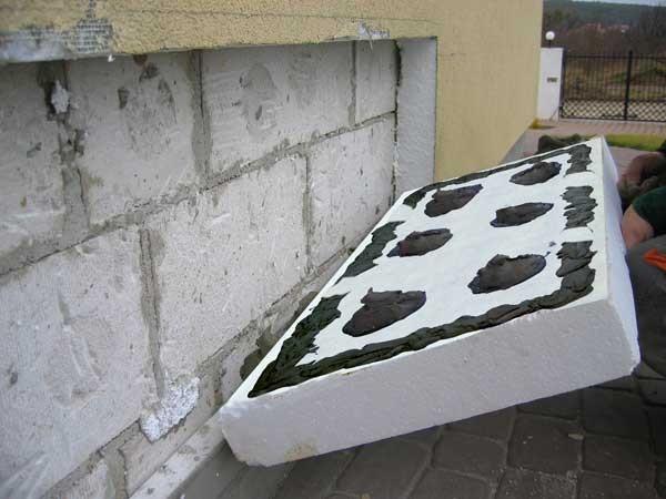 Правилно нанасяне на лепило върху стиропор.