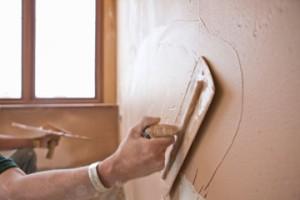 Снимка на шпакловка. Равномерно нанасяне на шпакловка по стена.