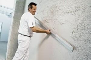 Снимка на изправяне на стени с гипсова мазилка.